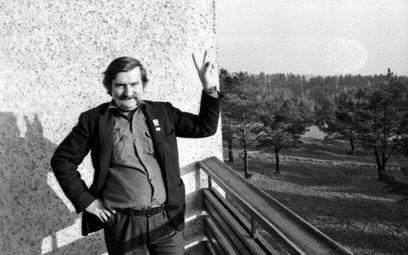 Wałęsa triumfujący. Dzień zwolnienia z internowania, Arłamów, 15 listopada 1982 r.