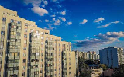 W blokowiskach w centrum stolicy trafiają się mieszkania nawet po 15 tys. zł za mkw.