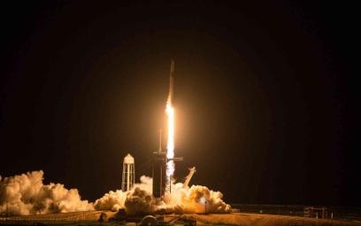 Rakieta Falcon 9 wynosi na orbitę statek Crew Dragon