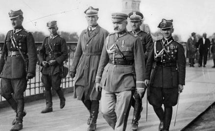 Marszałek Józef Piłsudski w towarzystwie oficerów na moście Poniatowskiego, gdzie doszło do spotkani