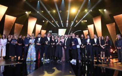 Zdjęcie grupowe nagrodzonych, na zakończenie gali 46. Festiwalu Polskich Filmów Fabularnych w Gdyni,