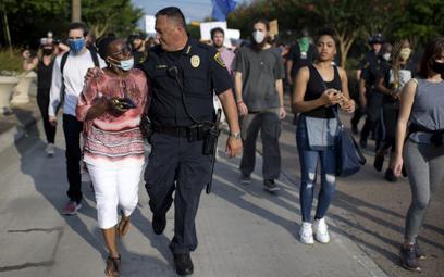 """Szef policji w Houston Art Acevedo podczas marszu """"Sprawiedliwość dla George'a Floyda"""""""