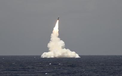 Pocisk Trident II D5 po wystrzeleniu z atomowego okrętu podwodnego USS Rhode Island. Okręty typu Ohi