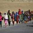 Dzieci z Afganistanu wracają ze szkoły do domu