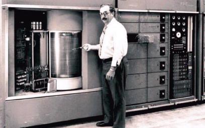 4 września 1956 r. firma IBM pokazała pierwszy model pamięci onazwie IBM 350. Miał on pojemność 5 M