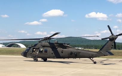 Śmigłowiec wielozadaniowy UH-60M Black Hawk z zamontowanym systemem CIRCM kołuje na lotnisku centrum