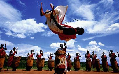 Taniec to czasem jedyny sposób rozładowania lęków. Tragiczne w skutkach manie taneczne często zbiega