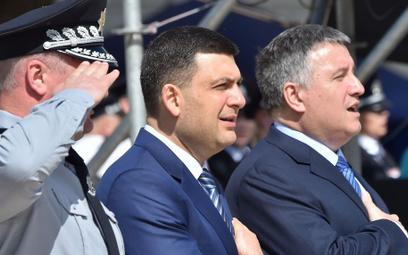 Premier Ukrainy Wołodymyr Hrojsman (w środku) i szef MSW Arsen Awakow