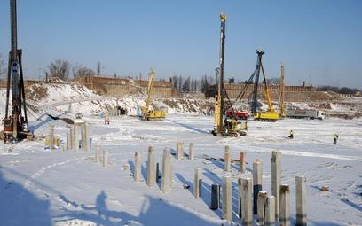 Na stadionie trwa przygotowanie gruntu pod budowę