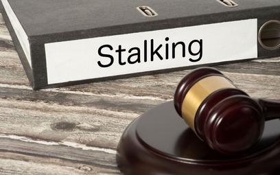 Bezwzględne więzienie i 75 tys. zł zadośćuczynienia za nękanie sąsiadki - prawomocny wyrok ws. stalkingu