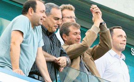Roman Abramowicz (klaszcze) w 2003 roku stał się właścicielem londyńskiej Chelsea, wprowadzając mili
