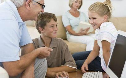 Kiedy w rodzinie jest wnuczek w wieku szkolnym, dziadko wiechętniej interesują się Internetem – uważ