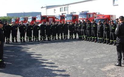 Odprawa wielkopolskich strażaków przed wyjazdem do Grecji. W sumie do tego kraju pojedzie 143 straża
