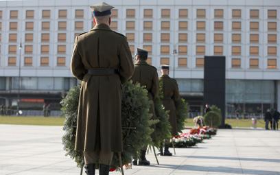 Obchody 11. rocznicy katastrofy smoleńskiej. Uroczystości na pl. Piłsudskiego w Warszawie.