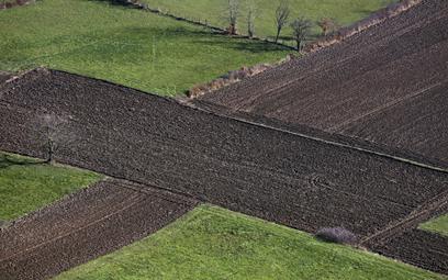 Transakcje z nieruchomością rolną przypominają pole minowe