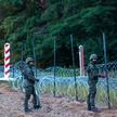 Żołnierze podczas budowy ogrodzenia na granicy polsko-białoruskiej