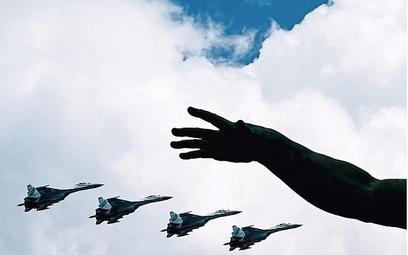 Rosyjskie myśliwce Su-35S na paradzie wojskowej w Moskwie