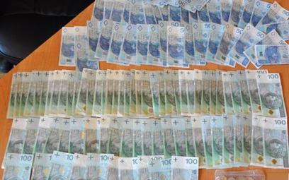 Dopalacze i pieniądze znalezione w mieszkaniu handlarza