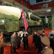 Kim Dzong Un na wystawie sprzętu wojskowego