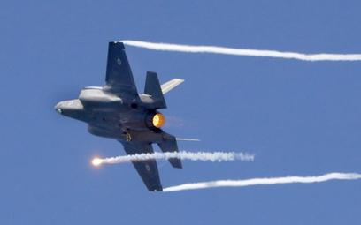 Kanada łagodzi przetarg na myśliwce po interwencji USA