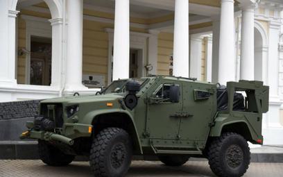 Podpisaniu umowy LoA towarzyszyła prezentacja samochodu JLTV w wersji bazowej. Fot./Ministerstwo Obr
