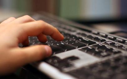 PE: większa ochrona dzieci przed pornografią w internecie i wykorzystywaniem seksualnym