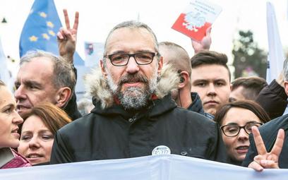 Mateusz Kijowski jako lider KOD na czele pięćdziesięciotysięcznej demonstracji, Warszawa, grudzień 2