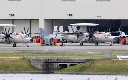 Dwa samoloty wczesnego ostrzegania i dowodzenia Northrop Grumman E-2D Advanced Hawkeye oczekujące na
