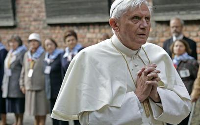 Benedykt XVI na terenie obozu koncentracyjnego w Oświęcimiu.