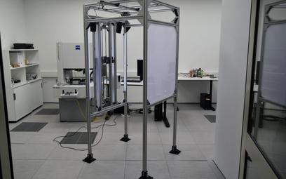 Innowacyjna bramka zbada i ochroni przed wirusem
