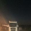 Zaparkowane ciężarówki przy S7.