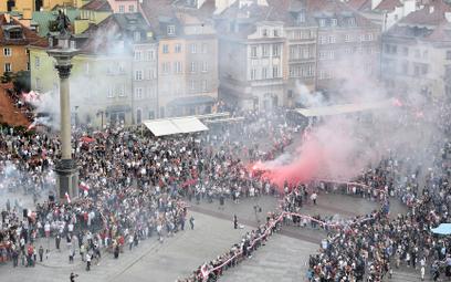 By uczcić powstańców mieszkańcy Warszawy stworzyli na placu Zamkowym symbol Polski Walczącej