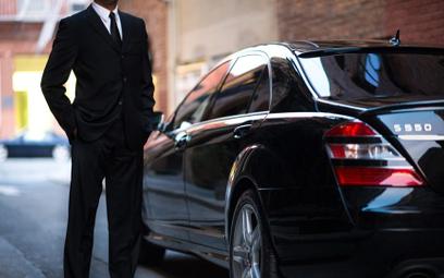 UberBLACK służy do zamawiania przejażdżek luksusowymi samochodami takich marek, jak BMW, Mercedes, V