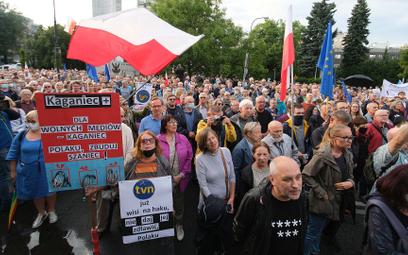 Tłumy na ulicach bronią wolnych mediów, PiS nie zamierza odpuszczać