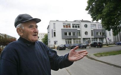 Józef Łoziński przed domem, w którym przebywały byłe zakonnice