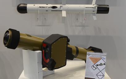 Makieta przeciwpancernego zestawu rakietowego krótkiego zasięgu Moskit SR. Nad nią makieta pocisku M