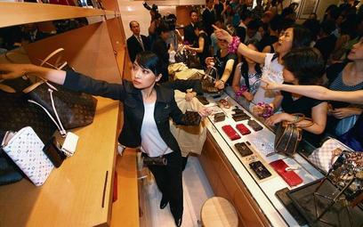 Barwny obiekt pożądania, jakim jest kultowa torebka Louisa Vuittona przyciąga tłumy do takich sklepó