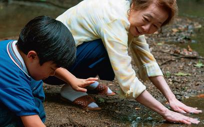"""Nagrodzona Oscarem za rolę drugoplanową w """"Minari"""" Yuh-Jung Youn ze swym filmowym wnuczkiem Davidem"""