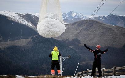 Francja: Śnieg na stoki przetransportowano helikopterami