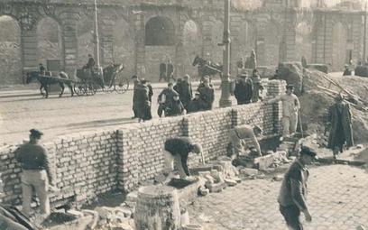 Budowa muru warszawskiego getta na ul. Grzybowskiej przy Granicznej