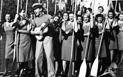 """Żabczyński jako rozśpiewany Stefan Frankiewicz w """"Zapomnianej melodii"""", 1938 r."""