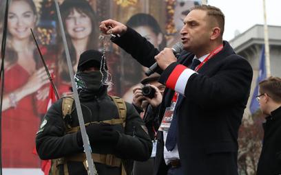 Robert Bąkiewicz i narodowcy cieszą się sympatią rządzących