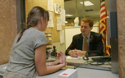 Otrzymanie wizy poprzedza spotkanie w konsulacie USA w stolicy (zdjęcie z 2004 r.)