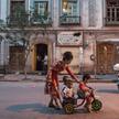 Czerwiec 2017 r., Ujgurka z dzieckiem na ulicy Kaszgaru. Miasto uważane jest za kulturalną stolicę S