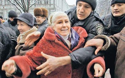 Zdesperowani klienci Banku Kyjiw pikietowali w piątek jego siedzibę, domagając się wypłaty zdeponowa