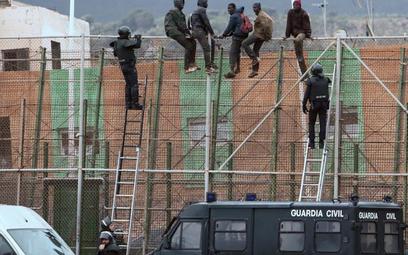 Guardia Civil obserwuje imigrantów starających się przedostać zMaroka do hiszpańskiej enklawy Melil