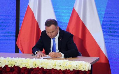 Prezydent RP Andrzej Duda podczas uroczystego podpisania przez prezydenta ustawy z dnia 23 lipca 202