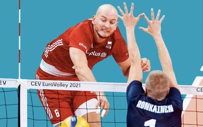 Bartosz Kurek atakuje w wygranym przez Polaków 3:0 meczu 1/8 finału z Finlandią.