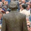 Wielki pomnik Wodza w jego rodzinnym Prawecu po upadku komunizmu zabrano i zniszczono. W 2001 r. pow