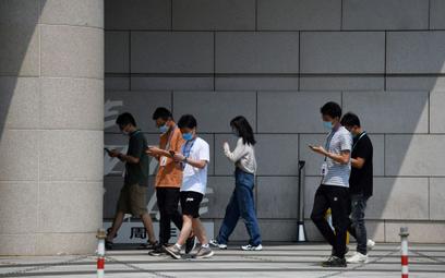 Hongkong: Ogniska w restauracjach, chorzy taksówkarze. Trzecia fala COVID-19?